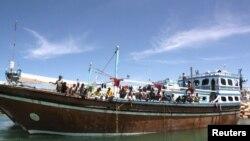 هنگامی که دزدان دریایی سومالی در سال ۲۰۱۱ بیش از ۷۰۰ نفر از خدمه کشتیها را به گروگان گرفتند، دزدی دریایی به اوج خود رسید.