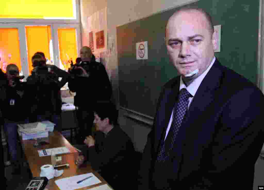 Another Mitrovica mayoral hopeful, Citizens' Initiative Srpska's Krstimir Pantic (right), votes.