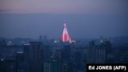 Septembrie 2016, hotelul Ryugyong profilându-se pe cerul Phenianului, Coreea de Nord.