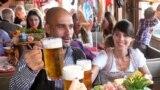 Pep Guardiola la Octoberfest la Munchen în 2015 (REUTERS/Alexander Hassenstein/Pool)