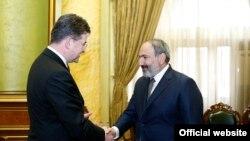 Премьер-министр Армении Никол Пашинян (справа) принял действующего председателя ОБСЕ, министра иностранных дел Словакии Мирослава Лайчака, Ереван, 13 марта 2019 г.