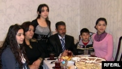 Mirzə Sakit ailəsi ilə birlikdə, 9 aprel 2009