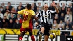 UK -- Newcastle United's Antoine Sibierski (R) evades a challenge from Watford's Alhassan Bangura (L) 25Dec2007