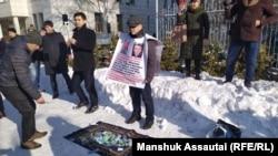 Жеңіс Дархан жалғыз адам пикетінде тұр. Алматы, 17 қаңтар 2020 жыл.