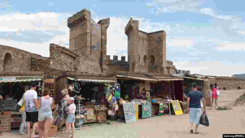 Вид на главные ворота крепости Санта Кроче. Рядом с ними расположился торговый дворик с местными и китайскими сувенирами