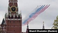 Ruski mlazni avioni tokom vojne parade pustili dim u bojama državne zastave iznad Kremlja, Moskva, 9. maja