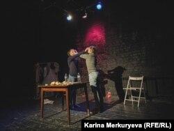 Сцена из спектакля о домашнем насилии. Фото: Карина Меркурьева
