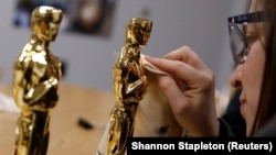 Законченная статуэтка Оскара отполирована Стефани Минор, координатором проекта, на литейном заводе Polich Tallix в Уолдене, Нью-Йорк, США, 25 января 2018 года.