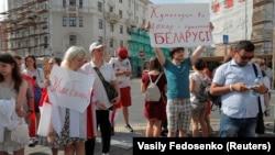 Акция солидарности с уволившимися сотрудниками перед Театром имени Янки Купалы в Минске