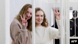 """""""Белсат"""" каналынын журналисттери Екатерина Андреева жана Дарья Чульцова cот залында."""