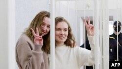 """Новинарките Кациарина Андрејева (27) и Дарија Чулцова во судски кафез покажуваат знак """"победа"""""""
