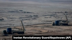 Irán Forradalmi Gárdája hadgyakorlatot tart ballisztikus rakétákkal és drónokkal az ország középső, sivatagos területén, 2021. január 15-én.