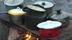 Каша з димком. Переселенці в київському санаторії готують їжу на багатті (відео)
