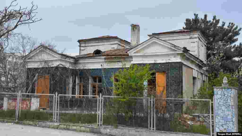 Старинное здание инфекционного госпиталя построено, по некоторым данным, в 1910 году. Здание имеет одноэтажный фасад со стороны дороги и трехэтажный с обратной стороны