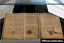 Копії кількох сторінок, зроблені з оригіналу «Договорів і постановлень» старокнижною українською мовою, який зберігається в Москві