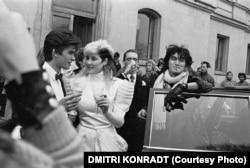 Joanna Stingray (center) married Yury Kasparyan (left) in Leningrad in 1987. Smoking a cigarette on the right is Viktor Tsoi.