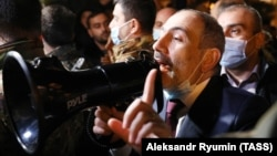 Премьер-министр Никол Пашинян на встрече с протестующими