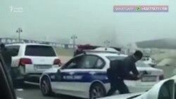 Sürücü çəkiclə polis maşınını zədələyir