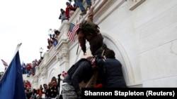 بیش از ۳۰۰ تن به خاطر اشتراک در تهاجم ششم جنوری طرفداران دونالد ترمپ رئیس جمهور سابق امریکا بر ساختمان کانگرس آن کشور، متهم شده اند.