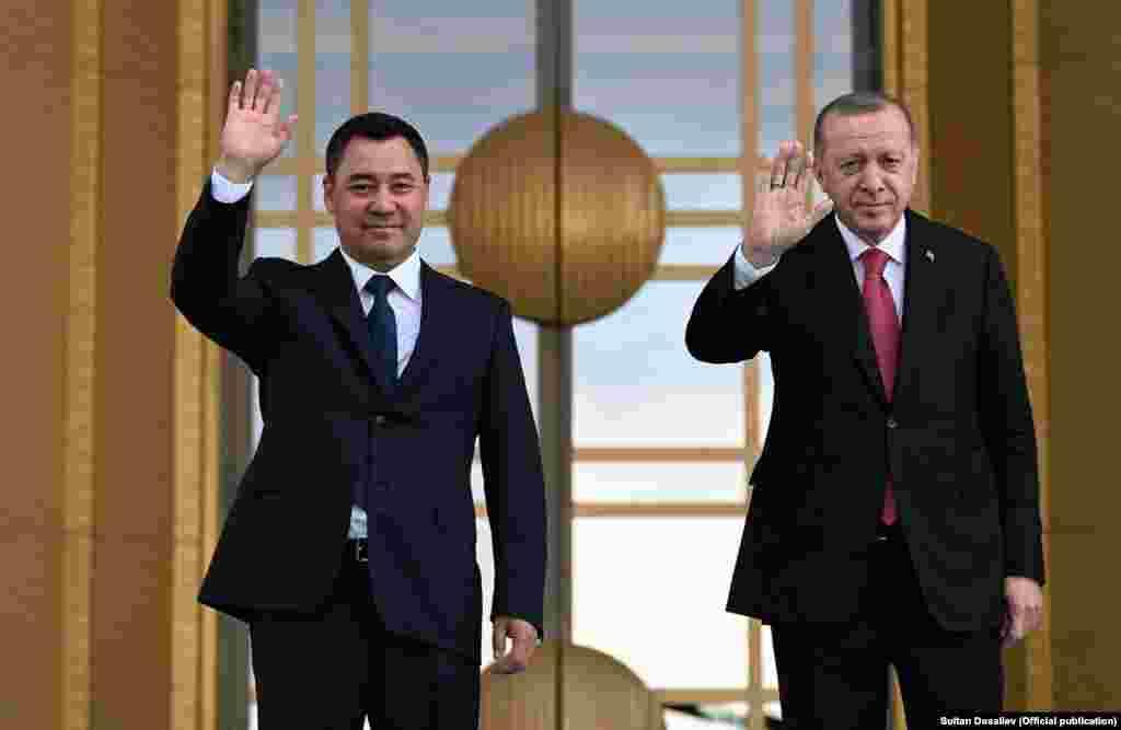 Кыргызстандын президенти Садыр Жапаров менен Түркиянын президенти Режеп Тайып Эрдоган.