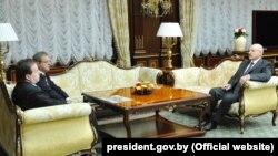 """Presidenti i Bjellorusisë, Alyaksandr Lukashenka gjatë takimit me Bogoljub Kariq, bashkëpronar i kompanisë ndërkombëtare """"Vëllezërit Kariq"""" dhe deputetin serb, konsull nderi të Bjellorusisë në Beograd Dragomir Kariq në Minsk më 22 qershor 2015."""