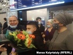 Rakizsan Zeinolla az Almati nemzetközi reptéren. Nemcsak a családja, de más, Hszincsiangban fogságba vetett kazahok rokonai is várták. Almati, 2021. április 9.