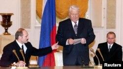 Прэзыдэнты Беларусі і Расеі Аляксандар Лукашэнка і Барыс Ельцын, а таксама расейскі прэм'ер Уладзімір Пуцін падчас цырымоніі падпісаньня Саюзнай дамовы 8 сьнежня 1999 года ў Крамлі
