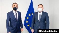 Вицепремиерот задолжен за европски прашања Никола Димитров и еврокомесарот за проширување Оливер Вархеји.