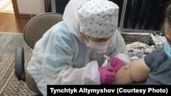Бишкектеги убактылуу ооруканалардын бири. Медицина кызматкери иш учурунда.