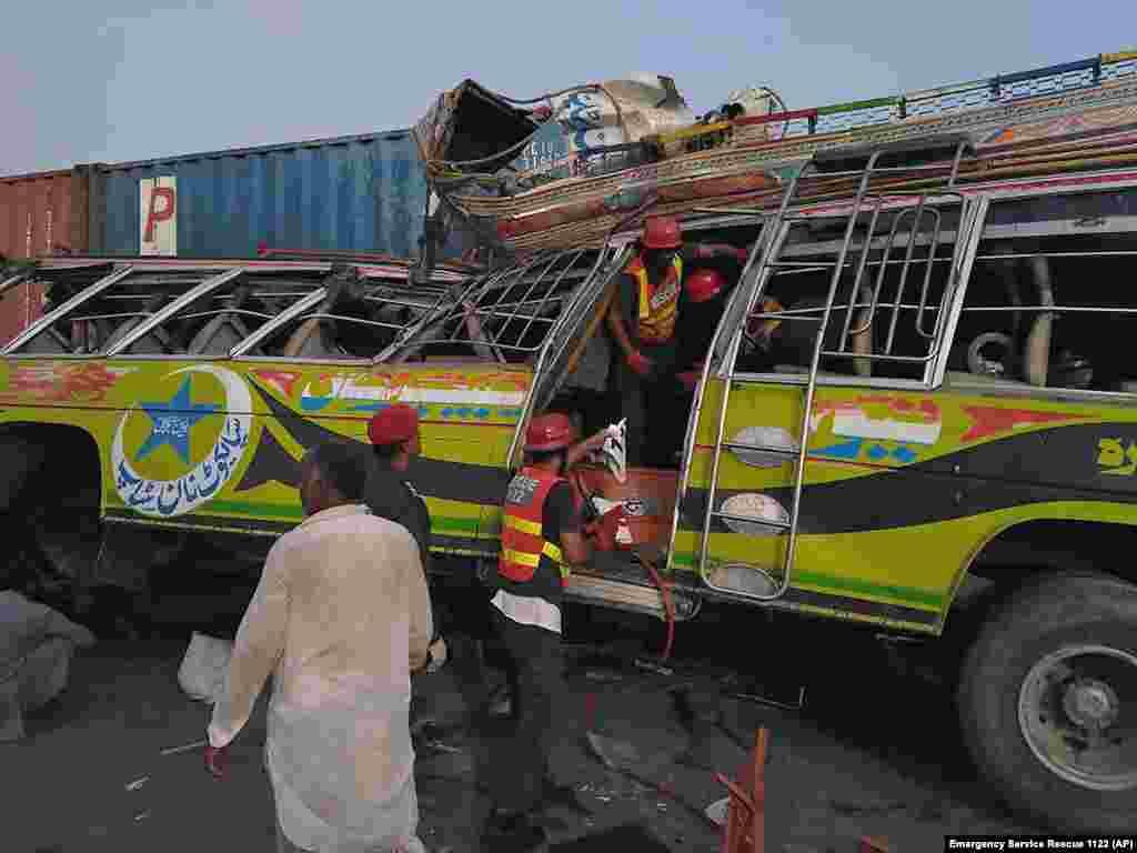 ПАКИСТАН - Пакистанските власти денеска соопштија дека при сообраќајна незгода загинале најмалку 28 луѓе, а повредени се 40. Станува збор за судар на патнички автобус со камион во провинцијата Пенџаб. Голем дел од загинатите и повредените се работници кои работеле во индустрискиот град во таа провинција и кои се враќале дома за да го прослават претстојниот муслимански празник Курбан Бајрам.