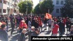 Protest ispred zgrade crnogorske Vlade 8. aprila završen je uz tenzije, ali bez incidenata nakon što je Vlada odložila razmatranje dokumenta koji reguliše pitanja dobijanja crnogorskog državljanstva, što je bio povod protestnog okupljanja