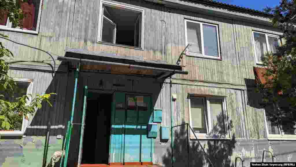 Улица Турбинная идет через частный сектор, а вот на Яблочкова много любопытных домов, самые интересные из которых – деревянные двухэтажные барачного типа. В этих домах по 12 квартир и, согласно документам, построены они в 1988 году