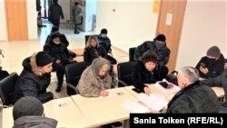 Крановщики подают заявление в Минтруда и социальной защиты. Нур-Султан, 27 февраля 2021 года.