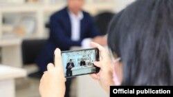 Фото, сделанное во время встречи директора Агентства информации и массовых коммуникаций Асада Ходжаева в Намангане, 28 ноября 2020 года. Фото с сайта администрации Наманганской области.