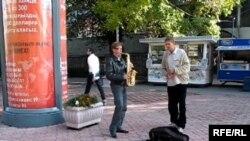 Алматы Арбатында музыка ойнап тұрған әуесқой музыкант-тіленшілер. Қазан, 2008 жыл