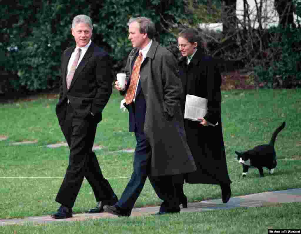 6 марта 1997 года. Кот по имени Сокс бежит по газонам Белого дома за своим хозяином, 42-м президентом США Биллом Клинтоном, который в сопровождении пресс-секретаря Белого дома Майка Маккэрри и заместителя руководителя аппарата Сильвии Мэтьюз улетит в Мичиган