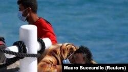 ИТАЛИЈА - Мигрантит се одмораат на брод за пребарување и спасување откако стотици пристигнаа на јужниот остров Лампедуза на 9 мај 2021 година.