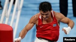 Казахстанский боксер Закир Сафиуллин (до 63 килограммов) выплескивает эмоции после проигрыша в четвертьфинале Олимпиады