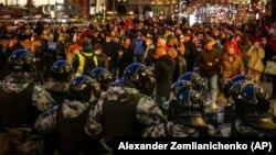 На Трубной площади, на Пушкинской и на Манежной протестующих встречали цепочки ОМОНа, однако участники мирного шествия не пытались вступать с ними в конфронтацию, а полицейские не применяли насилие. Фото: AP
