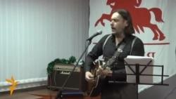 Зьміцер Вайцюшкевіч сьпявае песьню з новага альбому «Варанок»