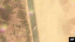 Imagine din satelit care arată vasul Ever Given blocat