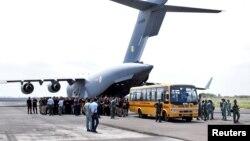 تخلیه دیپلماتهای هندی و افغانها در فرودگاه کابل در روز سهشنبه