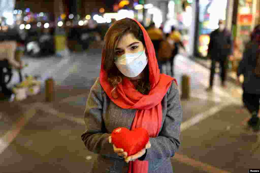 Іранська дівчина з подушечкою у формі серця напередодні Дня закоханих у Тегерані, Іран, 13 лютого 2021 року