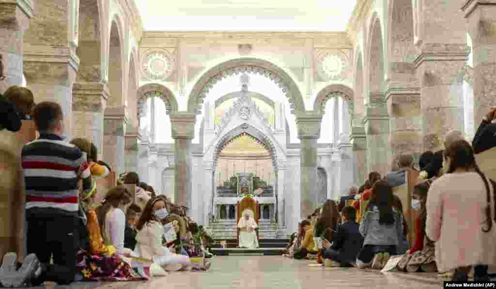 Gyerekeknek misézik Ferenc pápa a Szeplőtelen Fogantatás-templomban.