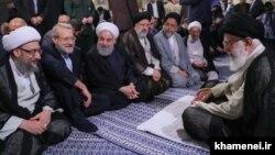 از چپ، صادق و علی لاریجانی در جلسه مسئولان جمهوری اسلامی و علی خامنهای، اردیبهشت ۹۸