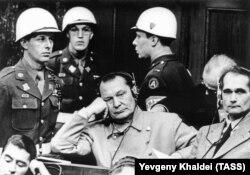 Герман Герінг і Рудольф Гесс під час судового засідання в Нюрнберзі