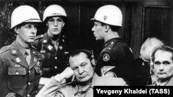 """Обвиняемые Герман Геринг и Рудольф Гесс (слева направо) на скамье подсудимых в """"Зале 600"""" Дворца юстиции во время судебного процесса над группой главных нацистских военных"""