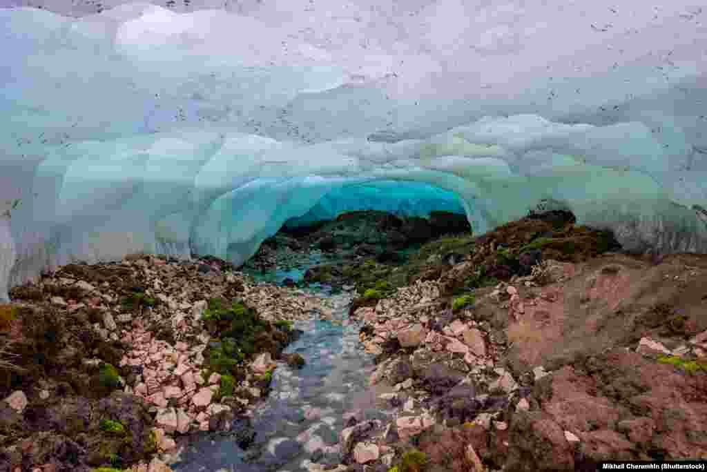 Вид из-под замерзшей воды