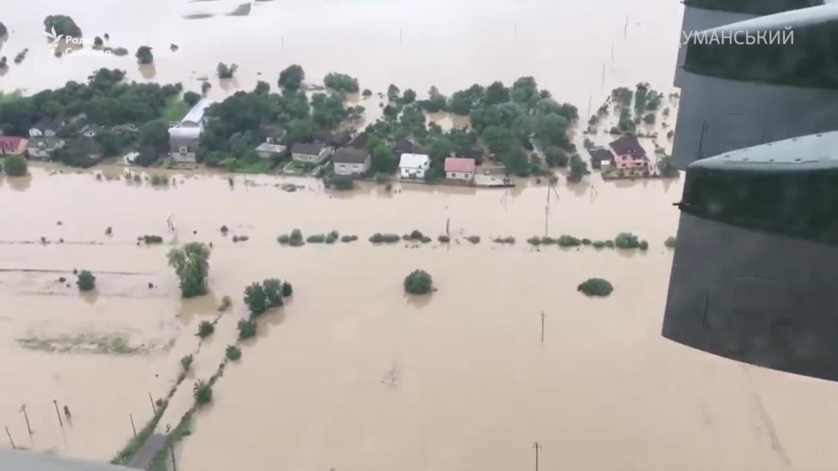 Разрушительные последствия крупнейшего наводнения в Украине (видео)