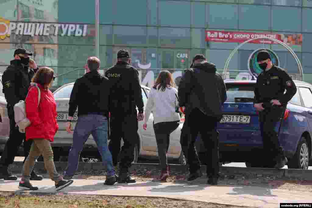 Задержание девушки на улице Сурганова